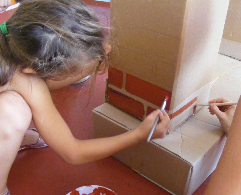 Cheminée en carton, étape 2 : la peinture (avec les enfants !)